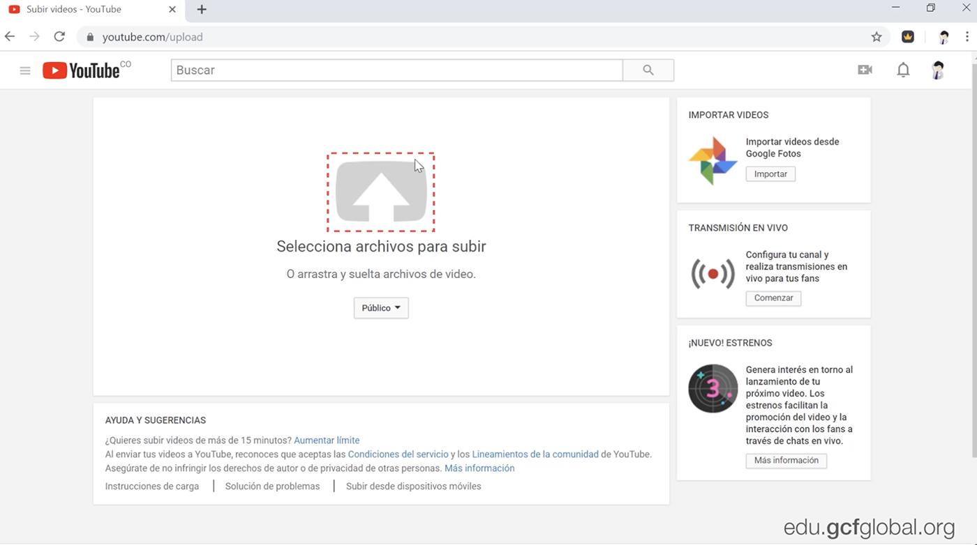 Haz clic en la flecha blanca grande con un fondo gris en el centro de la pantalla y busca en tus archivos el video que quieres cargar en YouTube.