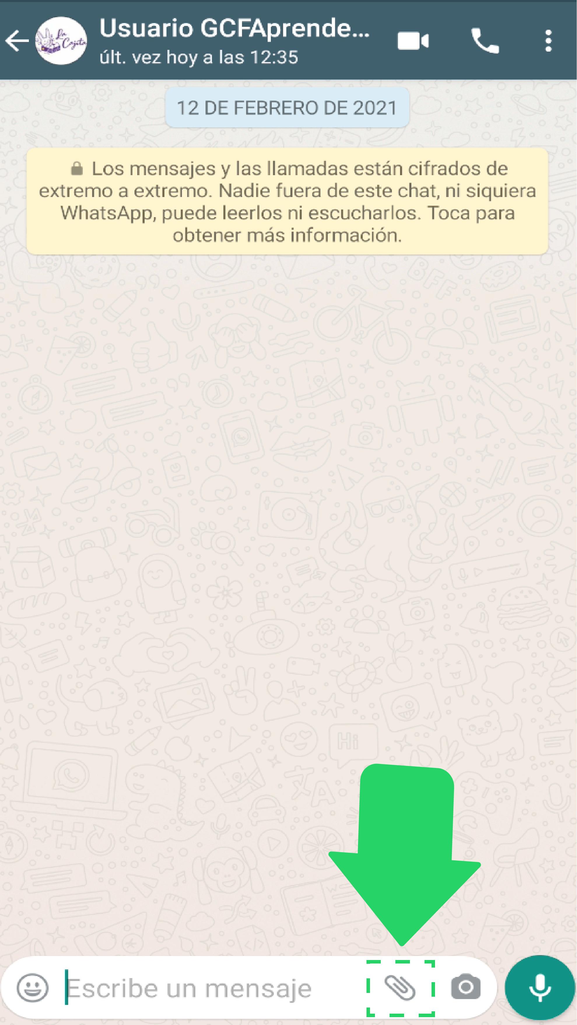 Paso 1:  Abre el chat de uno de tus clientes.  Paso 2:  Oprime el ícono con forma de clip.